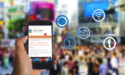 Ein Smartphone mit der Website SocialMediaStatistik.de wird vor einer Menschenmenge hochgehalten, rechts daneben eine schwebende Grafik.